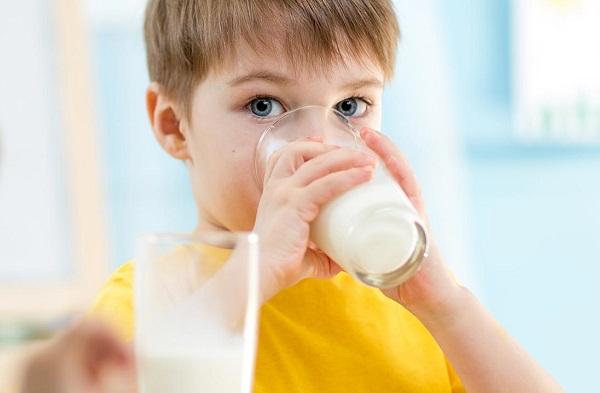 un garçon qui boit du lait